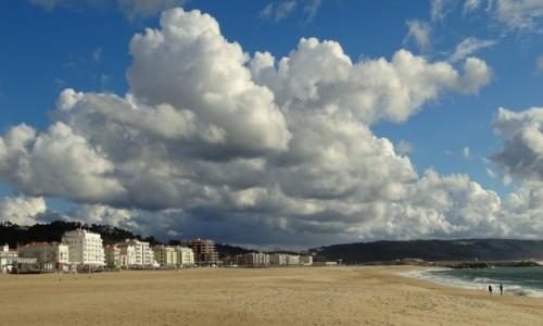 PORTUGALIA / Centrum / Nazaré / Pusta plaża w Nazaré
