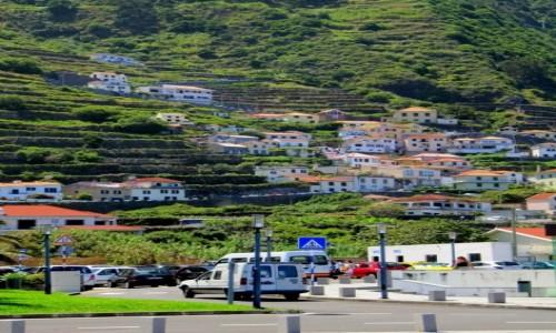 PORTUGALIA / Madera / Porto Moniz / Domki wspinające się po zboczu w Porto Moniz