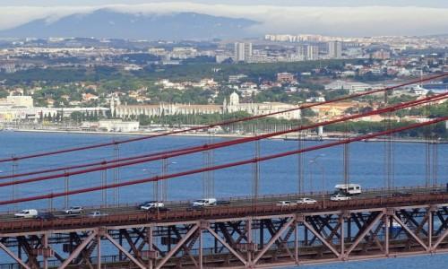 Zdjecie PORTUGALIA / dystrykt Lizbona / Lizbona, most 25 kwietnia, w oddali klasztor Hieronimitów / Ponte 25 de abril