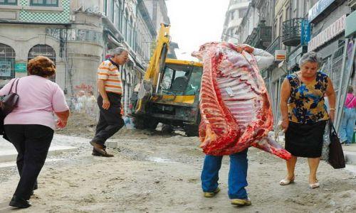 Zdjecie PORTUGALIA / brak / Porto / Żywe mięso na ulicy