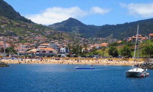 PORTUGALIA / Madera / Machico / panorama miasta od strony zatoki