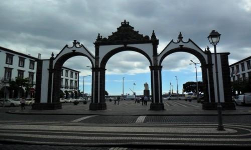 Zdjecie PORTUGALIA / Sao Miguel / Ponta Delgada / Brama do morza