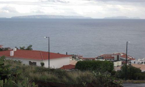 Zdjęcie PORTUGALIA / brak / Madeira - Funchal / Widok z miasta Funchal na wyspe Porto Santo