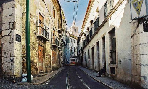 Zdjęcie PORTUGALIA / Lizbona / stare miasto / tramwaje w ciasnych uliczkach