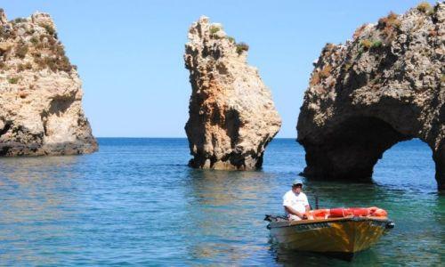 Zdjecie PORTUGALIA / Algarve / Lagos / Skały i Portugalczyk na łódce