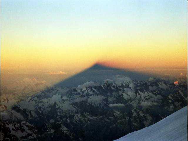 Zdjęcia: Elbrus, Kaukaz, Cień giganta o wschodzie słońca, ROSJA