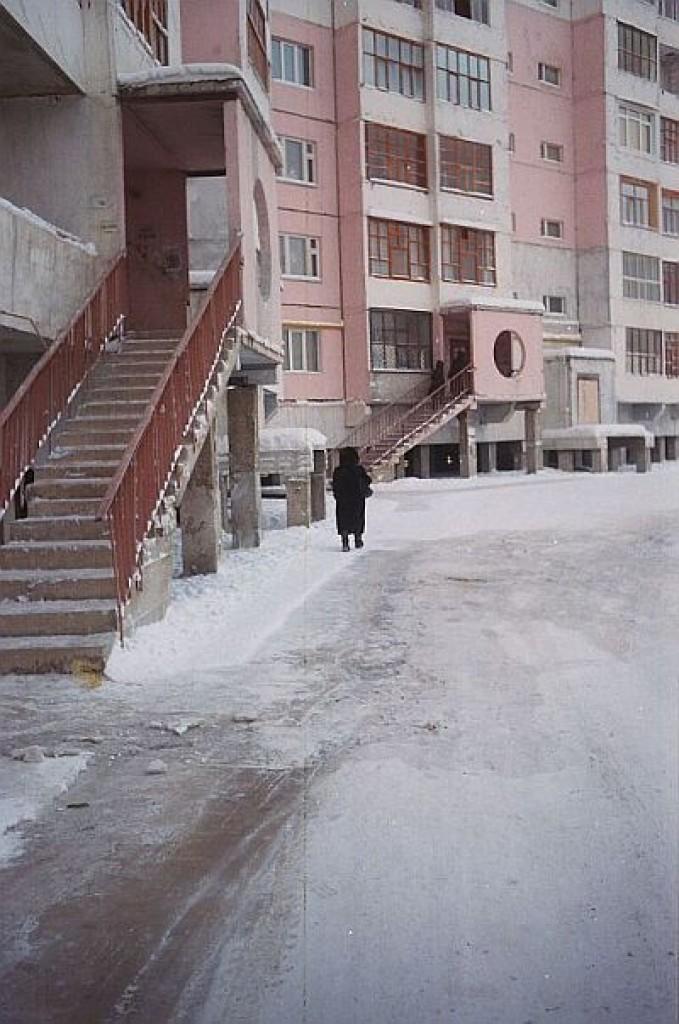 """Zdjęcia: Jakuck, Jakucja, Typowe bloki w Jakucku """"zawieszone"""" w powietrzu, ROSJA"""