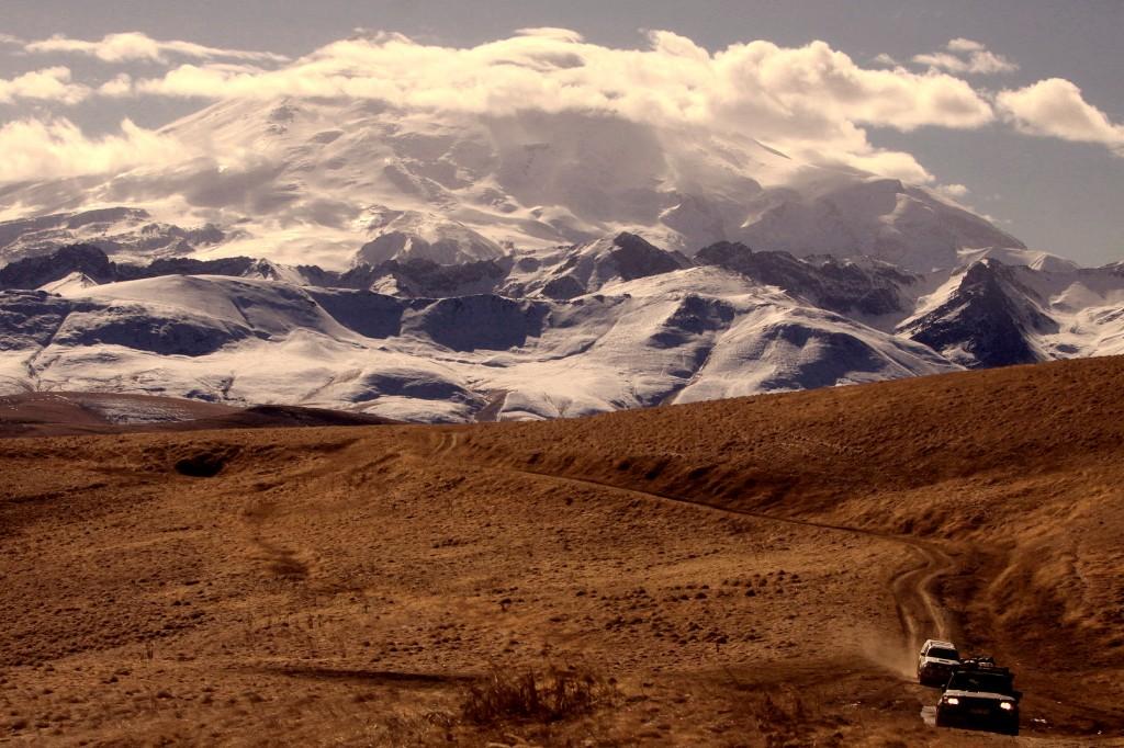 Zdjęcia: droga, Karaczajo-Czerkiezja, Elbrus w dzień..., ROSJA