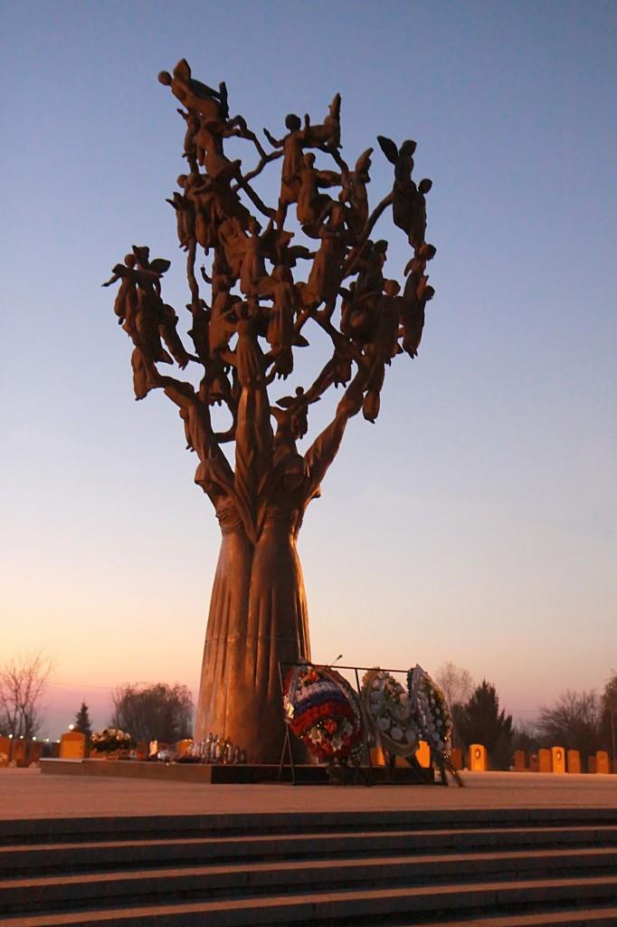 """Zdjęcia: cmentarz, Płn. Osetia, Biesłan - """"Drzewo Żalu"""", ROSJA"""