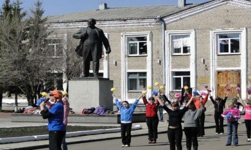 ROSJA / Marinsk / Plac szkolny / Próba przed 1 maja