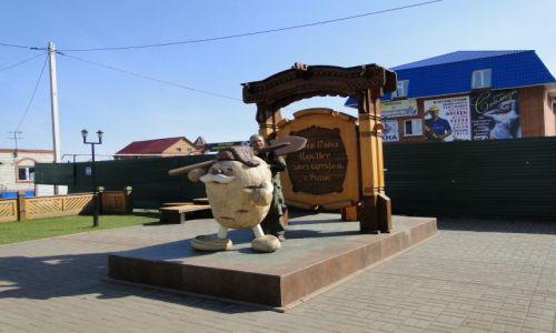 Zdjecie ROSJA / Marinsk / plac miejski / Pomnik kartofla .....ten z przodu