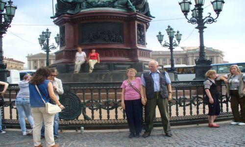 Zdjecie ROSJA / miasto -sankt Petersburg / przed pomnikiem / My na tle pomnika w Petwrsburgu