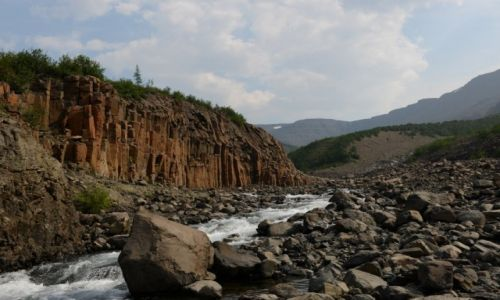 Zdjecie ROSJA / Plato Putorana, Kraj Krasnojarski / dolina rzeki Geologicieskiej, / Bazaltowe słupy w dolinie rzeki Geologicieskiej