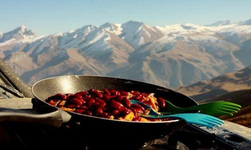 Zdjecie ROSJA / płn-zach Kaukaz / ok. Beizingi / Obiad z widokiem na Ścianę Beizingi