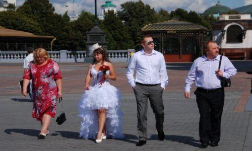 Zdjecie ROSJA / Moskwa / przed cerkwią / Ślub