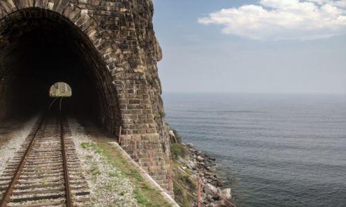 ROSJA / wsch. Rosja / między Sliudianką a Port Bajkał... / Tunele Krugłobajkalskiej
