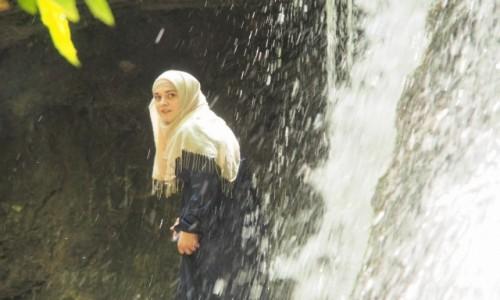 Zdjęcie ROSJA / Czeczenia / Gdzieś w górach / Czeczenka nad wodospadem
