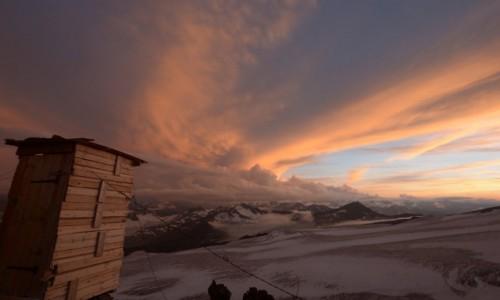 Zdjecie ROSJA / - / Elbrus / WC z widokiem na...