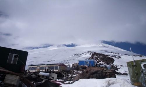 Zdjecie ROSJA / Kabardino-Balkarskaya Republits, Rosja /  barakI pod Elbrusem poniżej schroniska schroniska Priut11 / Widok na Elbrusa