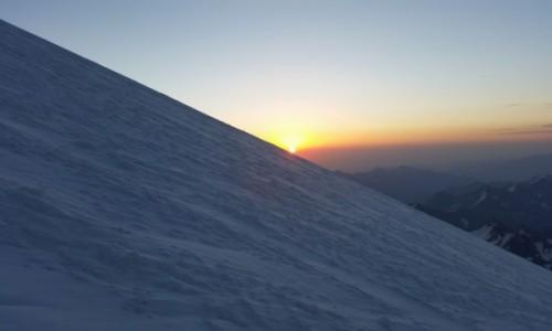 Zdjecie ROSJA / Kaukaz / Elbrus / Wschód słonka w drodze na szczyt. :-)