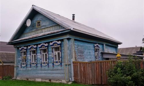 ROSJA / Złoty Pierścień Moskwy / Rostów Wielki / Obok pyszniących się przepychem cerkwi przycupnęły skromne, ale urocze chatki