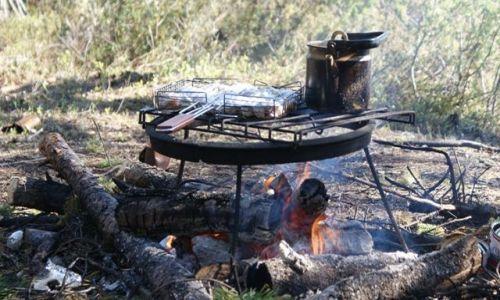 Zdjęcie ROSJA / Archangielsk / gdzieś w lesie / swojski posiłek w tajdze
