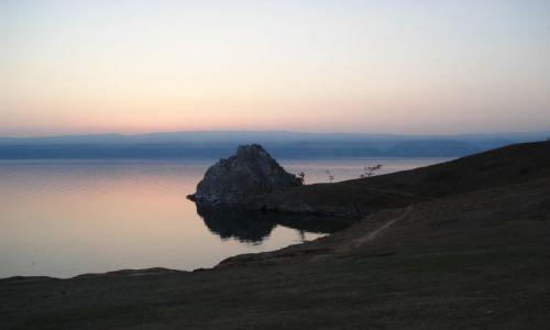 Zdjęcie ROSJA / Irkucka Oblast / Wyspa Olchon / Szamanka po zachodzie słońca