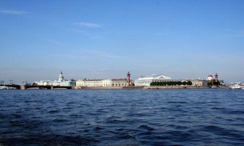 ROSJA / - / Sankt Petersburg. / Widok z Newy na Plac Bankowy z dwiema kolumnami rostralnymi.