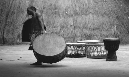 Zdjecie RPA / okolice Swaziland  / granica RPA i Swaziland / perkusista