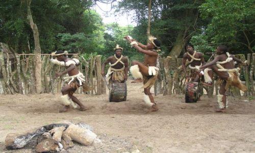 Zdjecie RPA / Zululand / wies zuluska w pobliżu St Lucia / taniec Zulusów