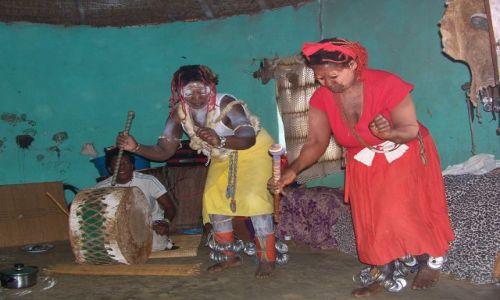 RPA / Zululand / wies zuluska w pobliżu St Lucia / taniec sangomy (zuluskiej czarownicy-zielarki)