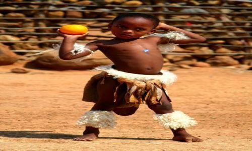 Zdjecie RPA / Zululand / wioska Zuluska / Chłopiec z pomarancza