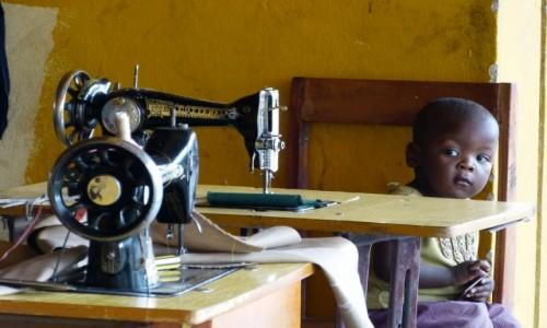 Zdjęcie RUANDA / Jezioro Kivu / Kibuye / Maly krawcowy mistrz:-)