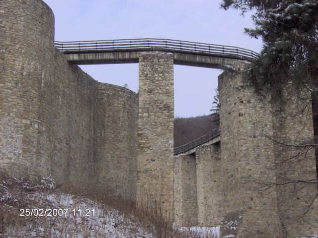 Zdjęcia: TARGU NEAMT, Mołdawia, MOST PROWADZĄCY DO ZAMKU W TARGU NEAMT, RUMUNIA