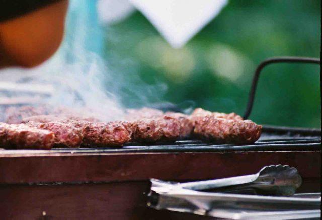 Zdj�cia: Suczawa, Bukowina, Mici na grillu, RUMUNIA