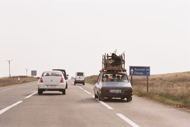 Zdjęcia: Wschodnia Rumunia, Wschodnia rumunia, Dacia z ładunkiem, RUMUNIA