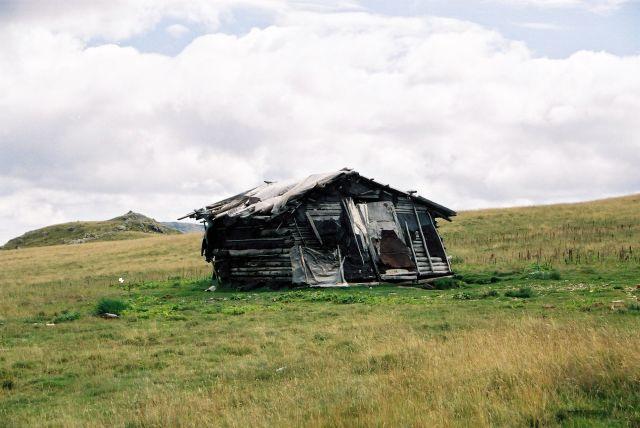 Zdjęcia: góry Sureanu, góry Sureanu, domek na prerii albo szałas pasterski, co niejedną burzę przetrzymał, RUMUNIA