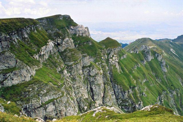 Zdjęcia: okolice M. Caraiman widok w stronę doliny rzeki Prahova, góry Bucegi, wapień i trawki, RUMUNIA