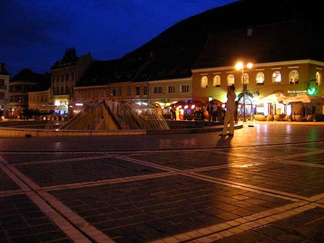 Zdjęcia: Braszów, Transylwania, Rynek w Braszowie wieczorem, RUMUNIA