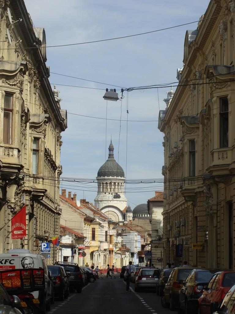 Zdjęcia: Kluż-Napoka, Transylwania, Ulica lustrzana z widokiem na katedrę, RUMUNIA