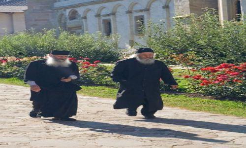 Zdjęcie RUMUNIA / Bukowina / Putna / Mnisi z klasztoru w Putnej