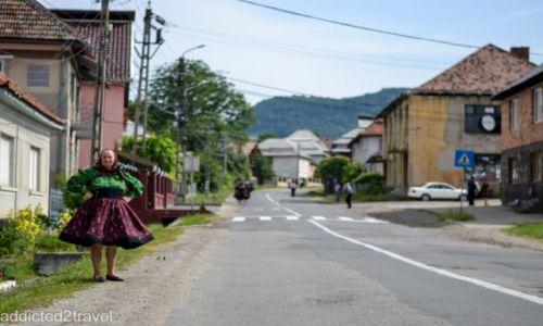 RUMUNIA / Maramuresz / Certeze / tradycyjny strój w wiosce Certeze