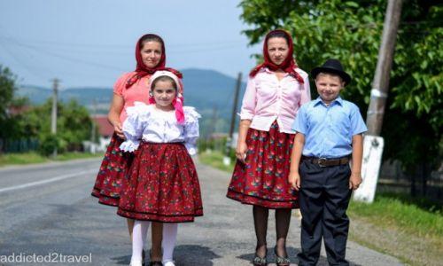 RUMUNIA / Maramuresz / okolice Certeze / Rumuńska rodzina w niedzielny poranek