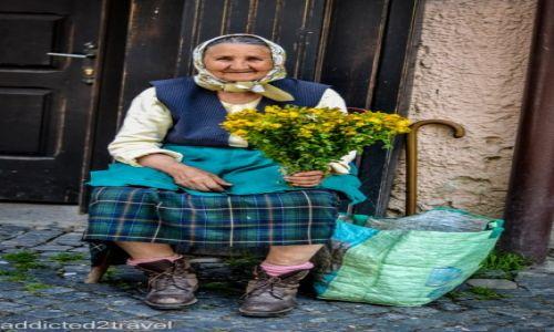 Zdjecie RUMUNIA / Braszów / Braszów / Kobieta sprzedająca kwiaty
