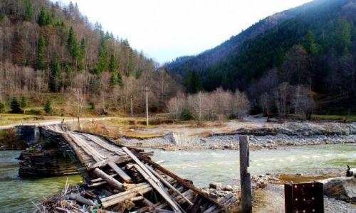 Zdjecie RUMUNIA / maramuresz / dolina Izy / przez most czy obok?