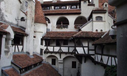 Zdjecie RUMUNIA / Transylwania / Zamek Bran / Na dziedzińcu w Bran