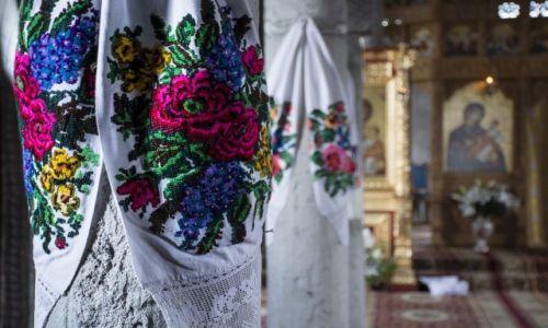 Zdj�cie RUMUNIA / G�ry Marmaroskie / Maramuresz / W cerkwii
