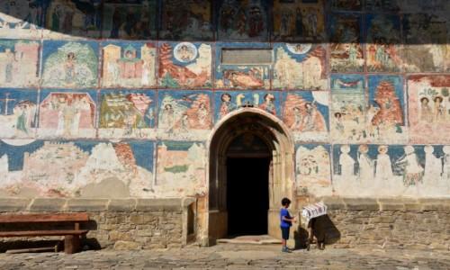 Zdj�cie RUMUNIA / Bukowina  / Arbore / Ch�opiec przed cerkwi�