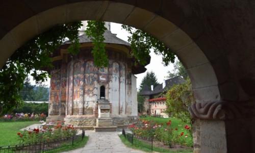 Zdj�cie RUMUNIA / Bukowina  / Monastyr Mo�dovita / Wej�cie do monastyru