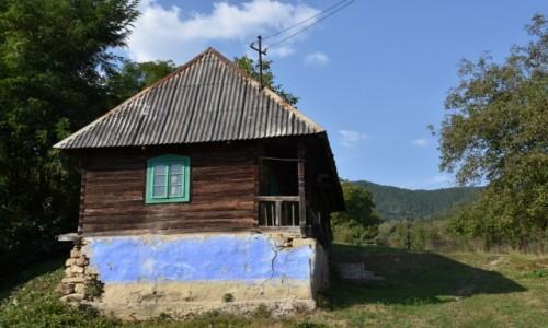 RUMUNIA / Maramuresz / Kotlina Budesti / Chatka przy drodze